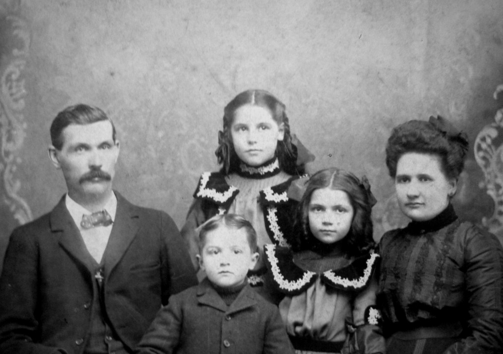 Fritz Gertrude mit Familie (cropped)